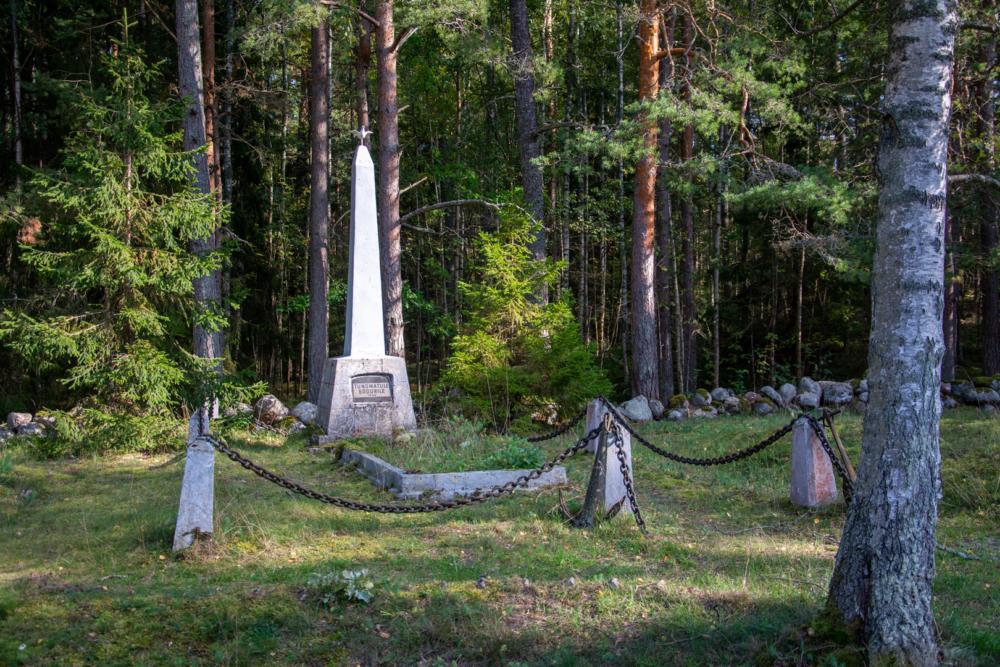 Ruhnu tundmatu sõduri hauamonument